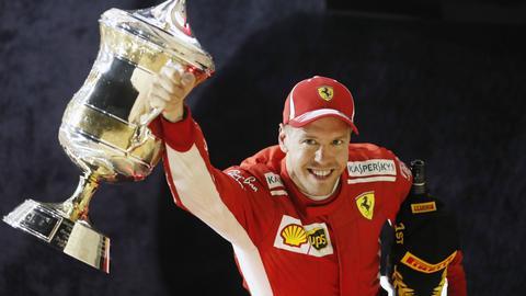 Da is das Ding! Sebastian Vettel präsentiert nach dem Rennen in Bahrain seinen Siegerpokal.