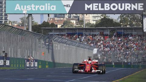 Sebastian Vettel dreht an der Spitze des Feldes seine Runden.