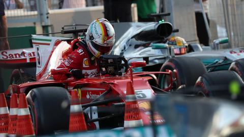 Sebastian Vettel und Lewis Hamilton steigen aus Autos aus