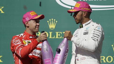 Sebastian Vettel (li.) musste Lewis Hamilton auch in Texas wieder neidlos zum Sieg gratulieren.