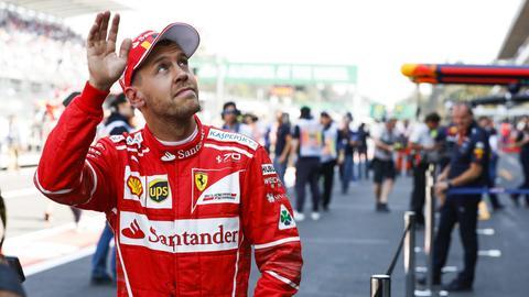 Sebastian Vettel winkt seinen Fans zu.