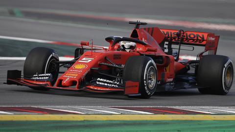Sebastian Vettel steuert seinen neuen Ferrari während einer Testfahrt auf der Rennstrecke Barcelona Catalunya in Montmelo.