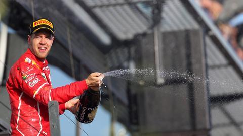 Vettel mit Champagner-Flasche