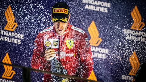 Sebastian Vettel genießt die Champagnerdusche nach seinem Sieg in Singapur.