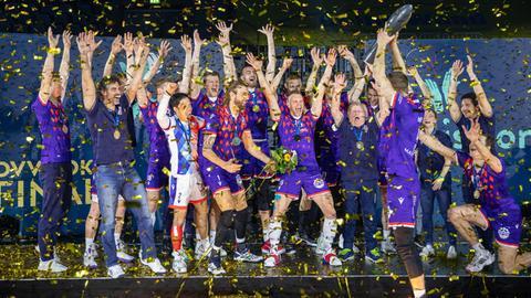 Die United Volleys Frankfurt bejubeln ihren Pokalsieg.