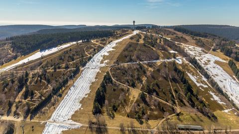 Ein Blick auf das grüne Ski-Gebiet von Willingen