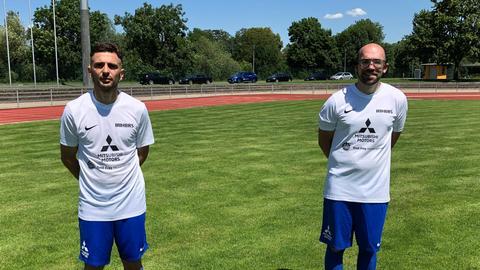 Lucio Pungente und Maximilian Hofer auf dem Fußballplatz.