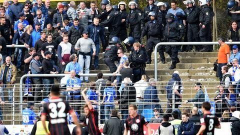 Auseinandersetzung zwischen Fans im Stadion in Darmstadt