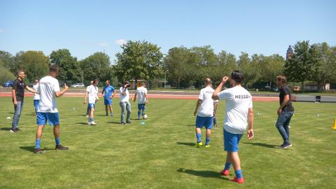 Alexander Schur und Uwe Bindewald kicken mit den Fußballern vom HBRS.