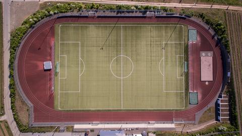 Menschenleere Sportanlage mit Drohne aufgenommen