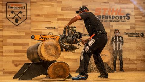 Der Deutsche Sportholzfäller-Meister Danny Mahr ist mit einer Hochleistungssäge zugange