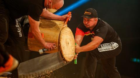 Der Deutsche Sportholzfäller-Meister Danny Mahr in Aktion mit einer langen Säge.