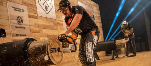 Deutscher Sportholzfäller-Meister Danny Mahr im Umgang mit einer Säge