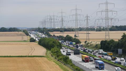 Vom Aussichtsturm der Rastanlage Taunusblick ist an der Autobahn A5 das Entwicklungsgebiet für einen neuen Stadtteil zu sehen.