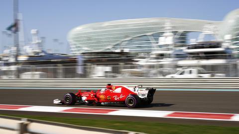 Sebastian Vettel sitzt in seinem Ferrari.