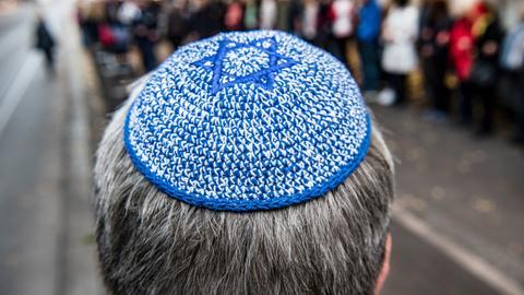 Kippaträger vor Synagoge