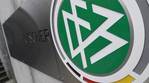 DFB-Schild vor der DFB-Zentrale in Frankfurt