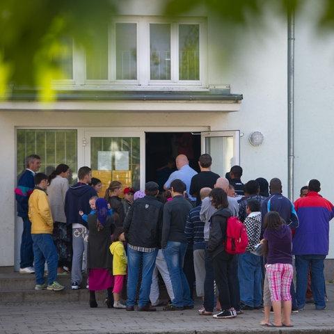 Eine Familie wird zu ihrer Unterkunft geleitet