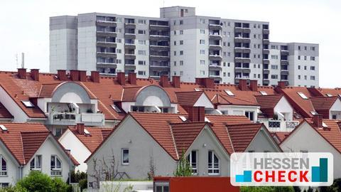 Eine Siedlung mit Einfamilienhäusern, im Hintergrund ein großer Wohnblock