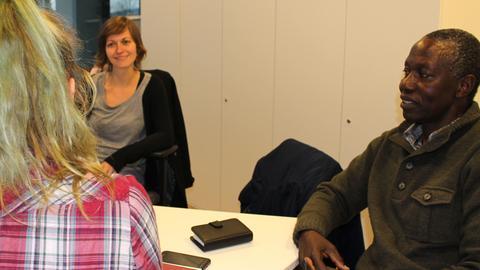 Asubildungscoach Kristin Stoppel, Streetworker Isack Majura und eine Jugendliche im Gespräch