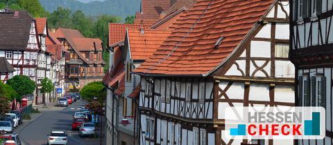 Eine Straße in Wanfried, an welcherauschließlich Fachwerkhäuser stehen