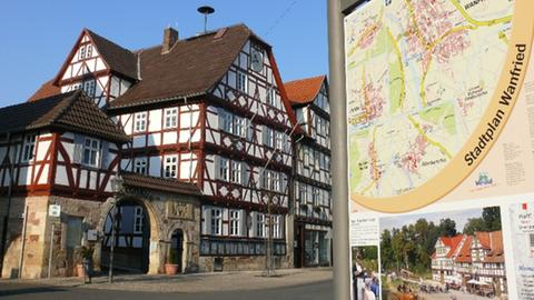 Eine Stadtkarte Wanfrieds und auf der linken Seite das Rathaus