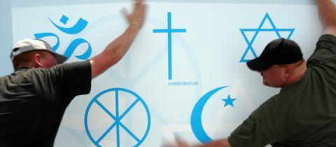 Ein Plakat mit allen Weltreligionen.