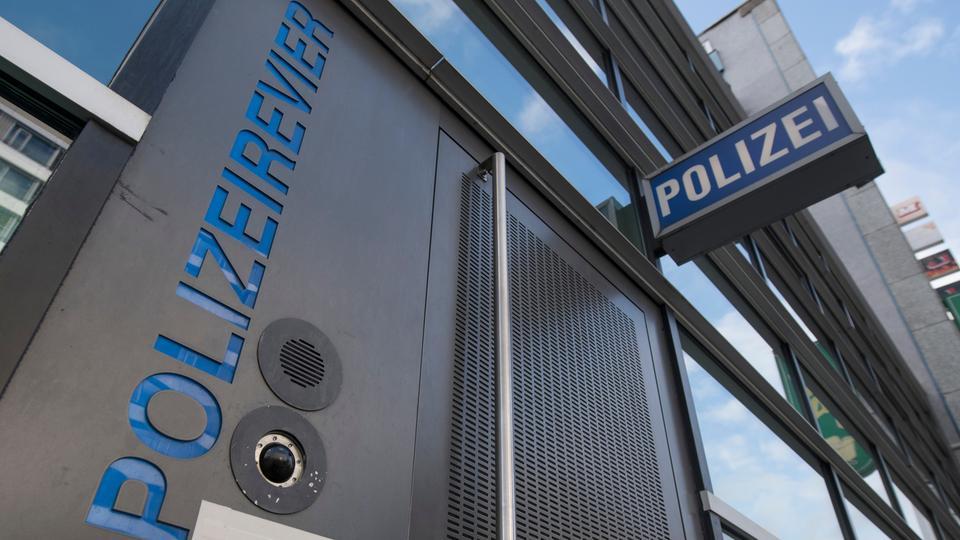 """Schild """"Polizei"""", Wache von Außen"""