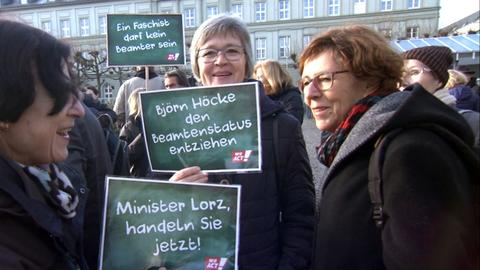 Demonstranten vor dem Wiesbadener Kultusministerium