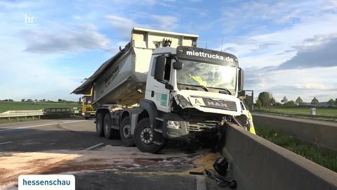 Fahrer stirbt nach Unfall mit Kipplaster auf A5