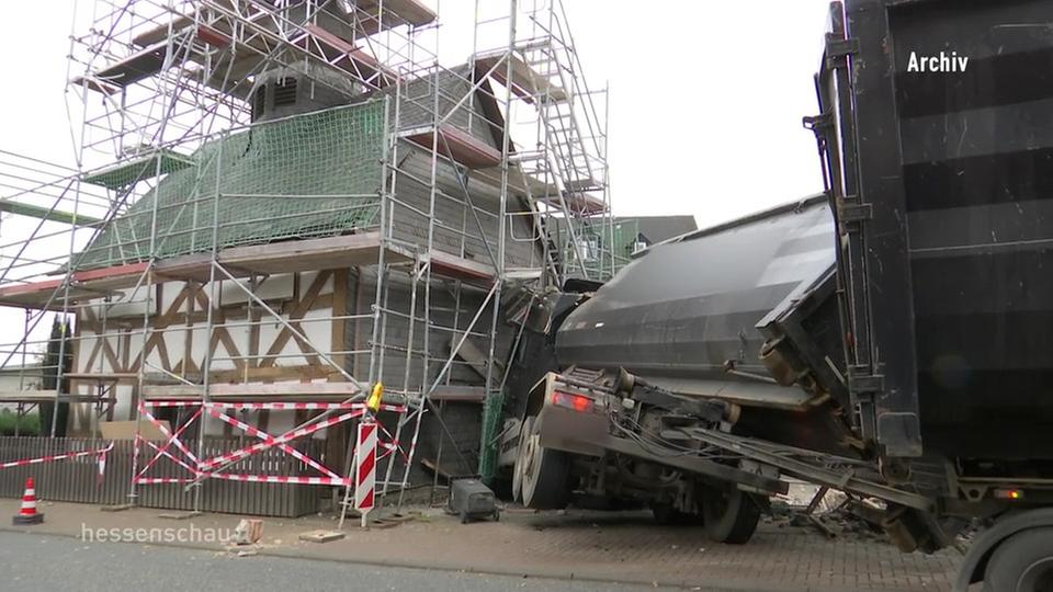 Blick ins Innere der demolierten Kirche in Dautphetal - hessenschau.de