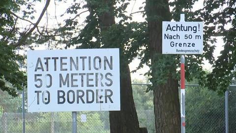 """Schilder an der früheren deutsch-deutschen Grenze mit Aufschrift """"Achtung! 50 Meter bis zur Grenze"""""""