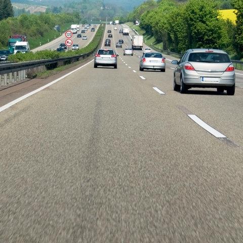 Verkehr auf einer Autobahn im Frühling