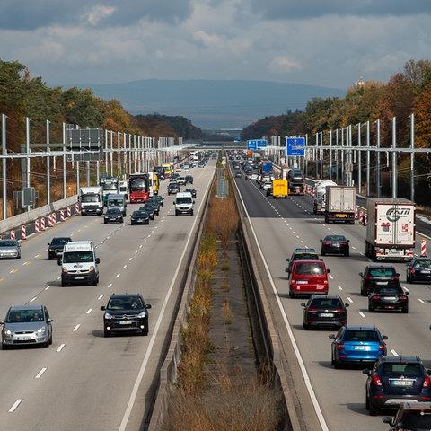 Elektro-LKW-Teststrecke mit Oberleitungssystem an der Autobahn 5 Darmstadt - Frankfurt im Herbst.