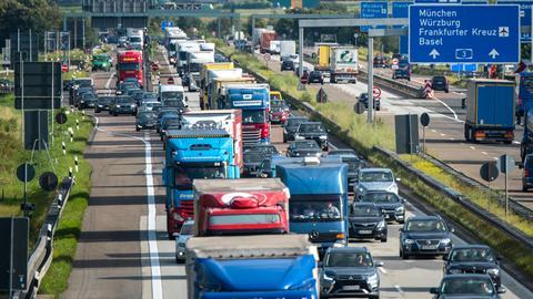 Stau im Feierabendverkehr auf der Autobahn - aus der Vogelperspektive fotografiert.