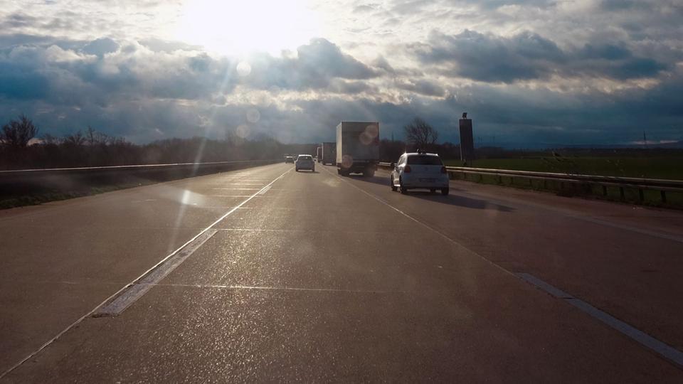Autobahn im Gegenlicht