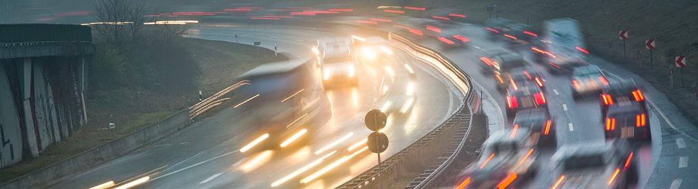 Morgendliche Rushhour bei feuchtem und nebligem Wetter auf der Autobahn A661 bei Frankfurt