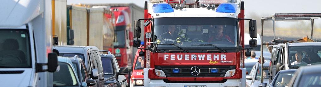 Feuerwehrfahrzeug auf der Autobahn in der Rettungsgasse