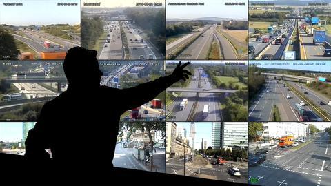 Collage: Ein Mensch im Schattenriss zeigt auf Bilder der Verkehrskameras