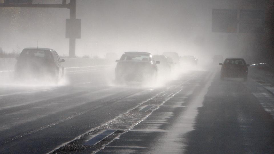 Schlechte Sichtverhältnisse wegen Regen auf der Autobahn