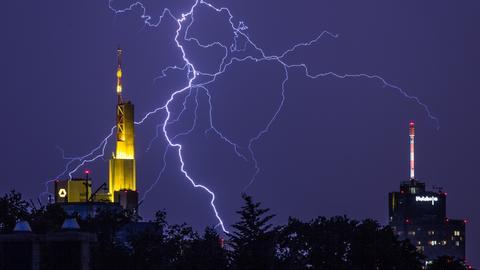 Ein Blitz über der Frankfurter Skyline
