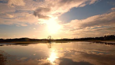 Traumhafte Wetterstimmung mit Sonne und einem phantastischen Himmel der sich im Hochwasser der Schwalm in den überschwemmten Schwalmwiesen spiegelt