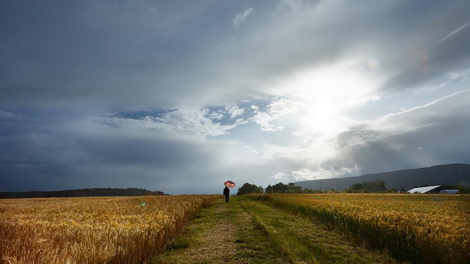 Regenwolken durch die die Sonne hindurchscheint