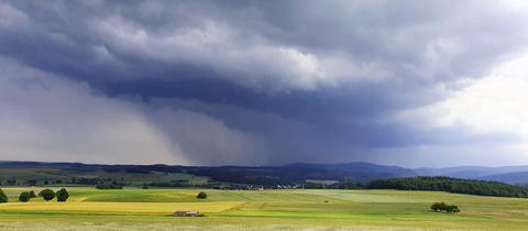 Gewitter zieht über dem Nationalpark Kellerwald auf.