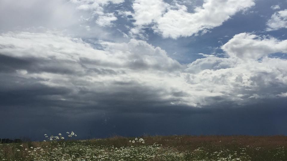 Dunkle Wolken mit Lücken