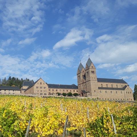 Abtei St. Hildegard unter blauem Himmel