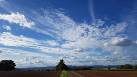 Fernblick unter wolkigem Himmel