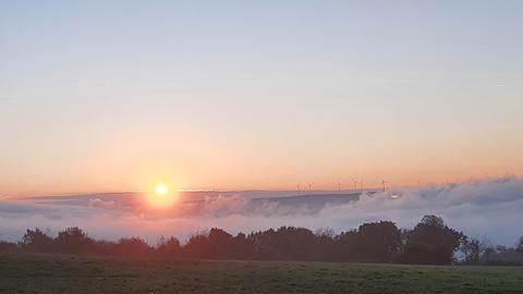 Sonnenaufgang über Bodennebel