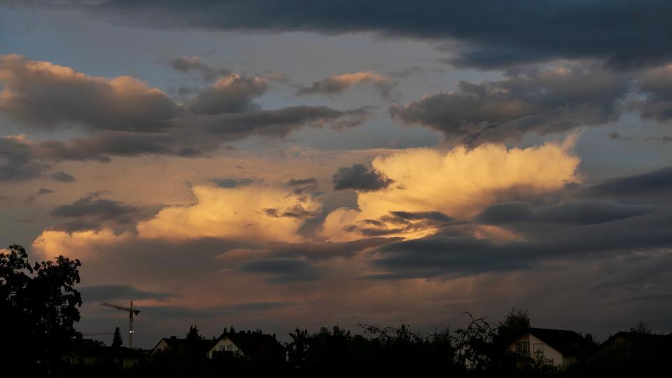 weiße Wolkentürme und dunkle Regenwolken