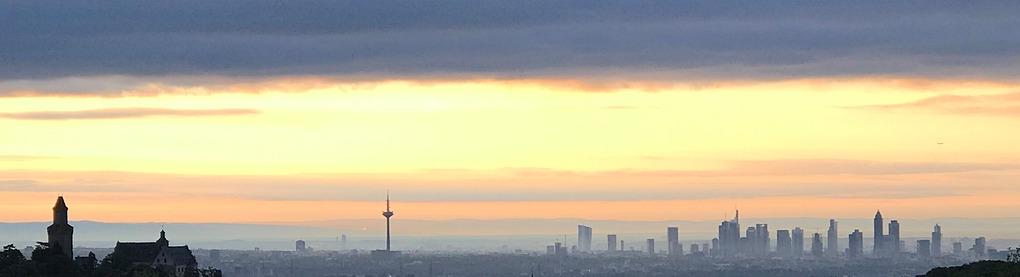 Blick auf die Frankfurter Skyline unter einer Wolkendecke